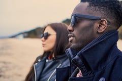 Закройте вверх по портрету черного мужчины и кавказской женщины на пляже Стоковое Изображение
