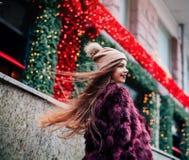 Закройте вверх по портрету stile улицы моды милой девушки в брюнет вскользь обмундирования падения красивом представляя внешний д Стоковые Изображения
