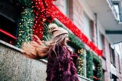 Закройте вверх по портрету stile улицы моды милой девушки в брюнет вскользь обмундирования падения красивом представляя внешний д Стоковая Фотография RF