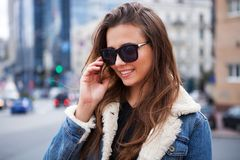 Закройте вверх по портрету stile улицы моды милой девушки в представлять брюнет вскользь обмундирования падения красивый внешний  Стоковое Изображение RF