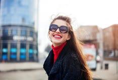 Закройте вверх по портрету stile улицы моды милой девушки в обмундировании падения вскользь идя в город Стоковые Изображения