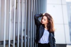 Закройте вверх по портрету stile улицы моды милой девушки в представлять брюнет вскользь обмундирования падения красивый внешний Стоковое фото RF