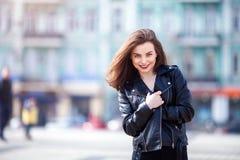 Закройте вверх по портрету stile улицы моды милой девушки в представлять брюнет вскользь обмундирования падения красивый внешний Стоковые Изображения RF