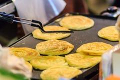 Закройте вверх по поставщику варя для южных плоских хлеба, mataba, или roti Стоковые Фото