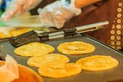 Закройте вверх по поставщику варя для южных плоских хлеба, mataba, или roti Стоковое фото RF