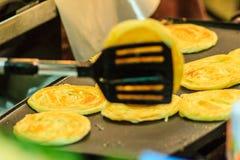 Закройте вверх по поставщику варя для южных плоских хлеба, mataba, или roti Стоковая Фотография RF