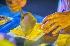 Закройте вверх по поставщику варя для южных плоских хлеба, mataba, или roti Стоковое Изображение