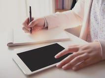 Закройте вверх по правому сочинительству на счетной книге черным penhand  Стоковое Фото