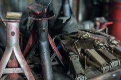 Закройте вверх по предпосылке гаража автомобиля потока стойки jack старой стоковые фотографии rf