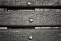 Закройте вверх по планкам от старой деревянной скамьи Черно-белый тонизировать Стоковое фото RF
