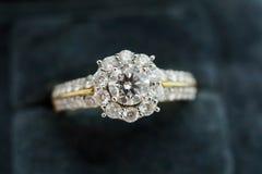 Закройте вверх по роскошному кольцу с бриллиантом свадьбы в шкатулке для драгоценностей Стоковая Фотография RF