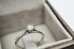 Закройте вверх по роскошному кольцу с бриллиантом свадьбы в шкатулке для драгоценностей Стоковые Изображения RF