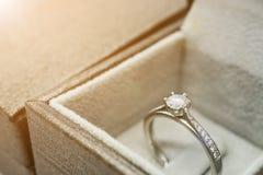 Закройте вверх по роскошному кольцу с бриллиантом свадьбы в шкатулке для драгоценностей Стоковое фото RF