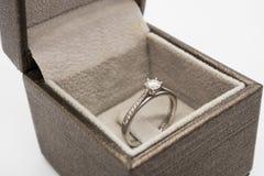 Закройте вверх по роскошному кольцу с бриллиантом свадьбы в шкатулке для драгоценностей Стоковое Изображение
