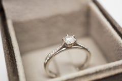 Закройте вверх по роскошному кольцу с бриллиантом свадьбы в шкатулке для драгоценностей Стоковое Изображение RF