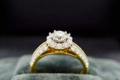 Закройте вверх по роскошному кольцу с бриллиантом свадьбы в шкатулке для драгоценностей Стоковые Фотографии RF