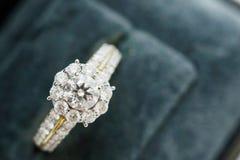 Закройте вверх по роскошному кольцу с бриллиантом свадьбы в шкатулке для драгоценностей Стоковое Фото