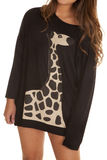 Закройте вверх по рубашке жирафа женщины Стоковые Фото