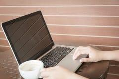 Закройте вверх по рукам женщины работая с компьтер-книжкой Стоковая Фотография RF