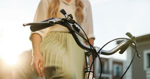 Закройте вверх по рукам маленькой девочки на винтажном велосипеде в парке стоковое фото rf