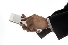 Закройте вверх по руке бизнесмена работая на цифровой таблетке Стоковая Фотография