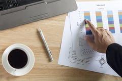 Закройте вверх по руке бизнесмена poing на диаграмме оборачиваемости Стоковая Фотография RF