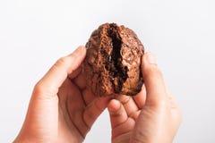 Закройте вверх по руке держа сладостное пирожное шоколада печений Стоковая Фотография
