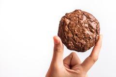 Закройте вверх по руке держа сладостное пирожное шоколада печений Стоковое Изображение RF