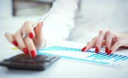 Закройте вверх по руке женских бухгалтера или банкира делая вычисления Сбережения, финансы и концепция экономики Фото с стоковая фотография rf
