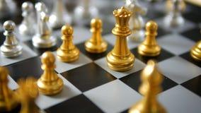 Закройте вверх по руке съемки золота игры человека и женщины и малой глубине o фокуса серебряной концепции compettition дела мета