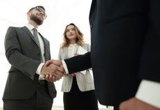 Закройте вверх по рукопожатию бизнесмена совместно на конференц-зале Стоковое Фото