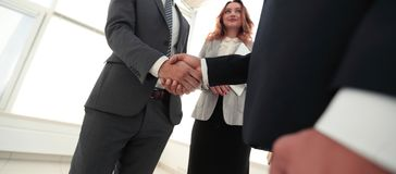 Закройте вверх по рукопожатию бизнесмена совместно на конференц-зале Стоковая Фотография