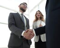 Закройте вверх по рукопожатию бизнесмена совместно на конференц-зале Стоковые Фотографии RF