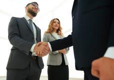 Закройте вверх по рукопожатию бизнесмена совместно на конференц-зале Стоковое Изображение RF