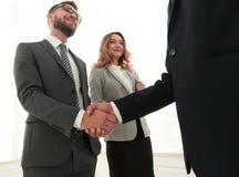 Закройте вверх по рукопожатию бизнесмена совместно на конференц-зале Стоковая Фотография RF