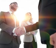 Закройте вверх по рукопожатию бизнесмена совместно на конференц-зале Стоковые Изображения RF