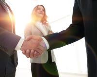 Закройте вверх по рукопожатию бизнесмена совместно на конференц-зале Стоковое Изображение