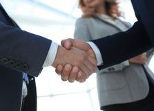 Закройте вверх по рукопожатию бизнесмена совместно на конференц-зале Стоковые Изображения