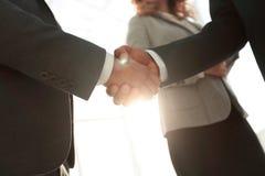 Закройте вверх по рукопожатию бизнесмена совместно на конференц-зале Стоковое фото RF