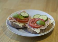 Закройте вверх по сандвичу хлеба с томатами cucumbre ветчины отрезанными сыром Стоковое фото RF