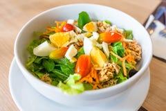 Закройте вверх по салату тунца и овоща Стоковые Фото