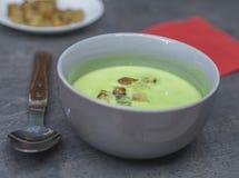 Закройте вверх по серому шару с домашним сделанным супом гороха с гренками o хлеба стоковое фото