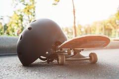 Закройте вверх по скейтборду и шлему, оборудованию спорта Стоковые Изображения RF