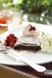 Закройте вверх по соусу шоколадного торта и клубники Стоковая Фотография