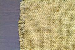 Закройте вверх по сплетенной текстуре веревочки, половику мешков на черном деревянном backg Стоковая Фотография