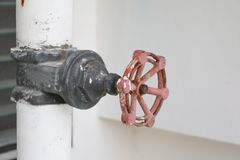 Закройте вверх по стали трубопровода клапана воды которая кран ржавчины промышленный Стоковые Фото