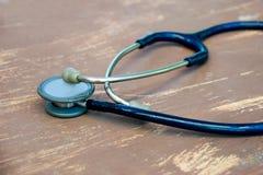Закройте вверх по старому стетоскопу для доктора на деревянной таблице Стоковое фото RF