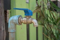 Закройте вверх по старому faucet на стене плитки для предпосылки Стоковое Фото