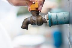Закройте вверх по старому faucet на стене плитки Стоковые Изображения