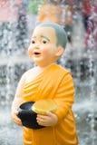 Закройте вверх по статуям монаха милого ребенк тайским Стоковые Фотографии RF